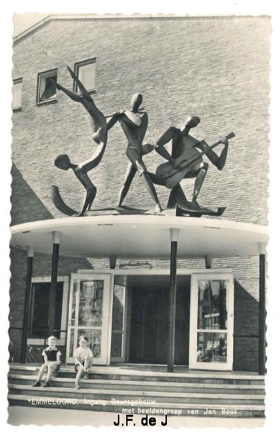 Emmeloord - Ingang Beursgebouw en beeldengroep van Jan Brons2