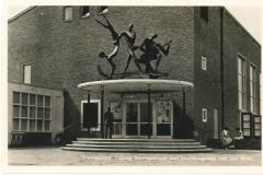 Emmeloord - Ingang Beursgebouw en beeldengroep van Jan Brons