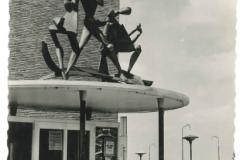 Emmeloord - Ingang Beursgebouw en beeldengroep van Jan Brons4