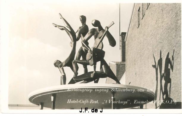 Emmeloord - Ingang Beursgebouw en beeldengroep van Jan Brons3